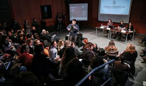 Foto links: IETM meeting, ACT independent theatre festival, the National Palace of Culture ACT association archive Fotos rechts: Red house Boryana Pandova As the notion of independence elaborated,