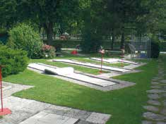 A mini-golf course with special flair next to the castle walls of the Seeburg. A Kneipp pool, barefoot path and playground equipment are located right next door.