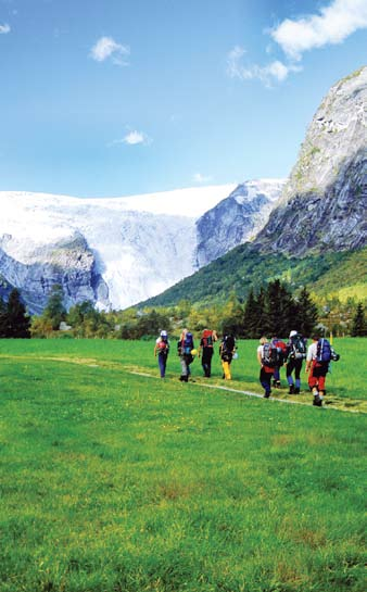 THE MOUNTAIN CODE 7 BERGREGEL 7 Don t go solo Gehen Sie nicht alleine Social and safe Walking is often more pleasant with other people, and if there should be an accident there is someone to help.