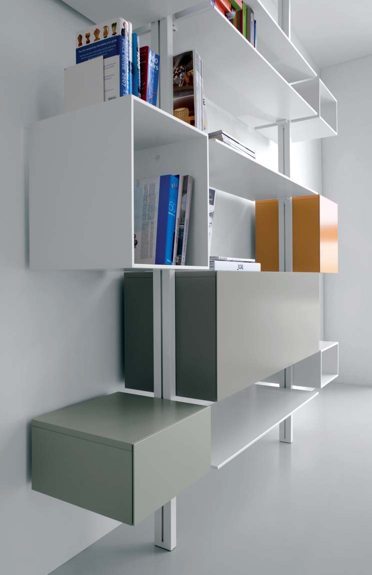 Extending extendo profiles in finish C12 white aluminium + shelves and open compartments in glass, finish V01 white lacquer + storage units with tilting door in finish Q10 apricot lacquer and Q17