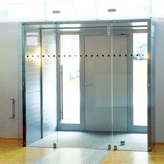 the fitting is suitable for single doors with lock case and stop as well as in connection with a floor-concealed door closer for all-glass systems,