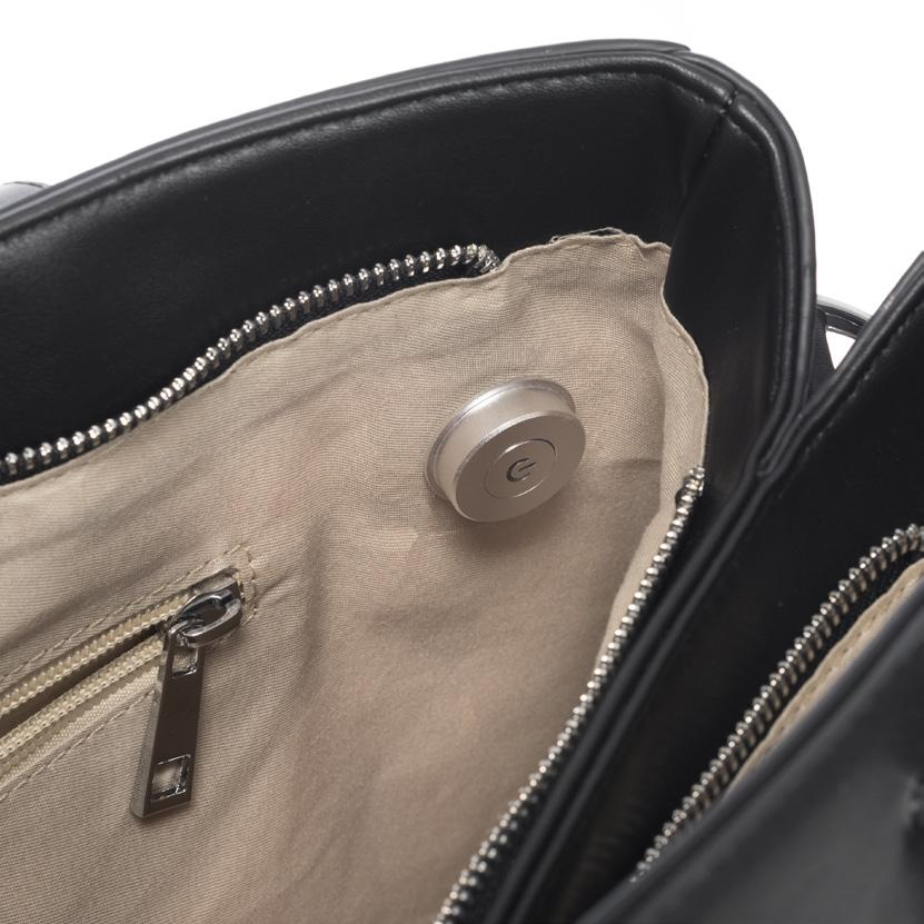 Maße: 35x25x14 cm Modern bag in leather look with Call-Alert-System and interior light function.