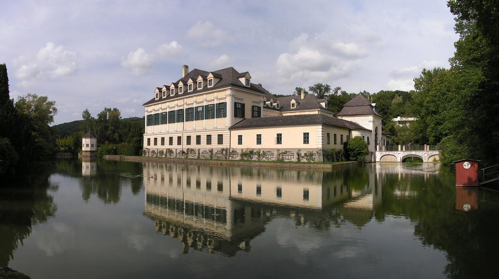 It is the only moated Castle of Vienna and its wide park will offer a beautiful surrounding for our sport.