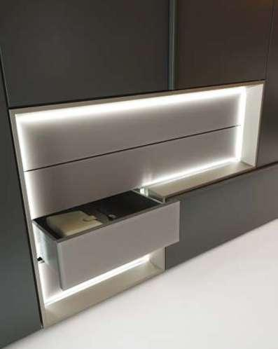 As a TETRIM trademark, the L-shaped unit also features as part of the wardrobe: as an integrated drawer unit.